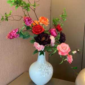 Een lenteboeket van kunst rozen, pioenen en seringen..