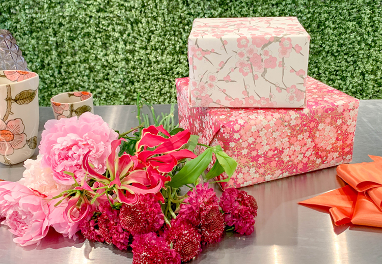 Photo of table with all the materials to decorate a gift box with flowers