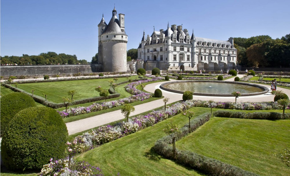 The gardens at Chateau de Chenonceau feature a large round pool at the center