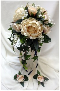 Natural posy with ivy trails and champagne roses and peony roses.