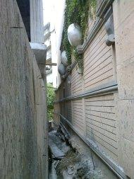 ვაკის სახლი. შიდა ეზოს კვალი ბეტონის კედლის უკან იმალება.