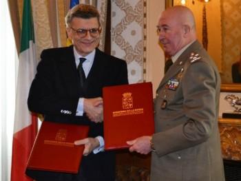 Stretta di mano dopo la firma tra il gen. Stefanini e il dr. DE Felice
