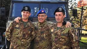 Il Capo di SME, gen. D. Errico, tra due soldati