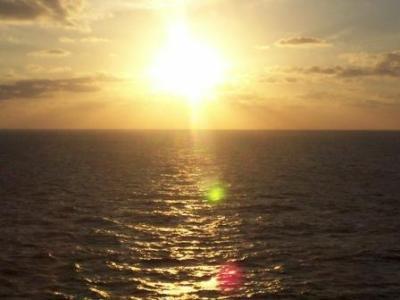 水平線上の朝日