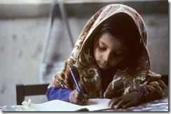 勉強中の少女