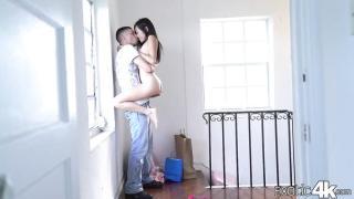 Adamı duvara dayayıp üzerine zıplıyor