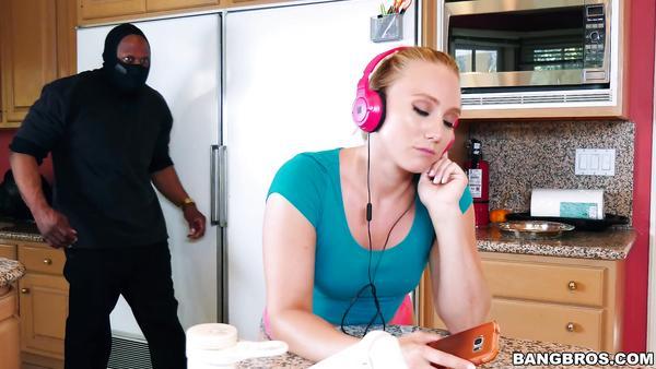 Müzik dinleyen genç kızın arkasından sokulan zenci