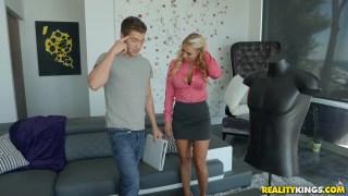 Katie Morgan genç oğlanı kapıyor