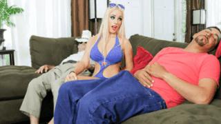 Kalkmış bir penisi indirmek için üzerine oturdu