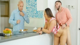 Kadını kocasının karşısında sikti