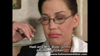 Sınıfta olgun kadını türkçe altyazılı sikiyor