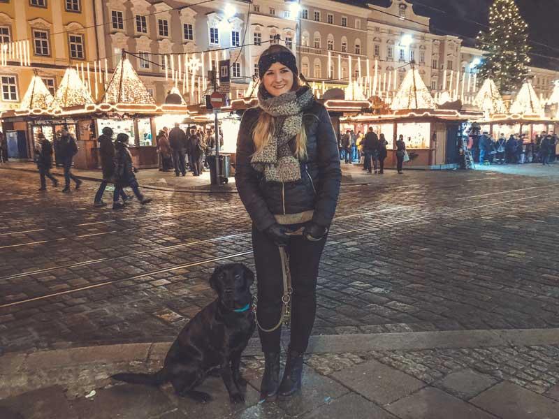 weihnachtsmarkt-mit-hund