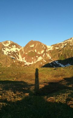Nun ist sie da, die Sonne, und bestrahlt uns und die Berge. Mein Schatten.