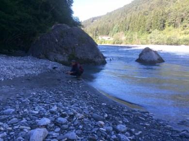 Auch Irgenlink fotografiert Steine am Fluss.