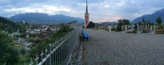 Am Abend spazieren wir zur Kirche und zum Friedhof, hoch über dem Dorf.