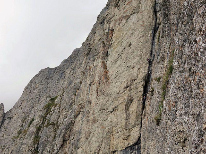 alpinisti in fisura albastra muntii bucegi