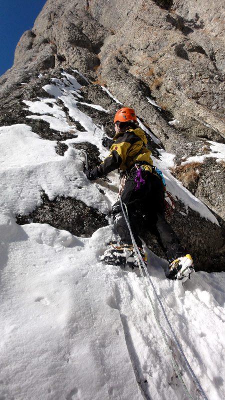 traseul fisura intrerupta, alpinism refugiul costila iarna