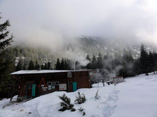 cabana turistica Retezat iarna