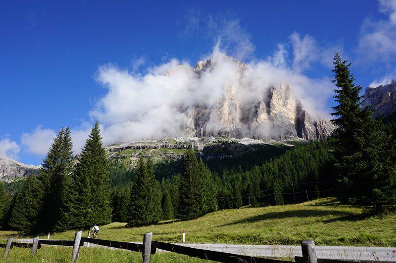 Tofana di Rozes scutură norii de dimineață, muntii Dolomiți, Italia