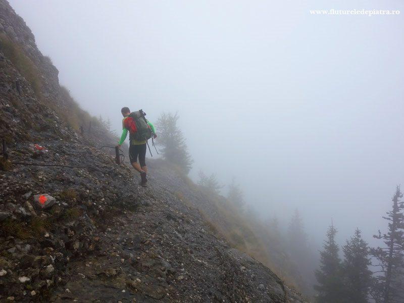 secțiune mai expusă pe creasta Zăganu-Gropșoarele, echipată cu cablu, munții ciucaș