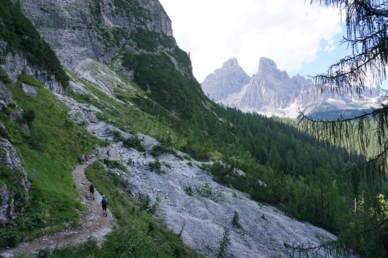 coborâre spre pasul Tre Croci cu Grupul Cristallo în față, Dolomiți