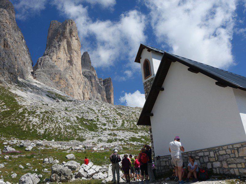 bisericuța Maria Ausiliatrice în fața Cimei Picola, munții italieni