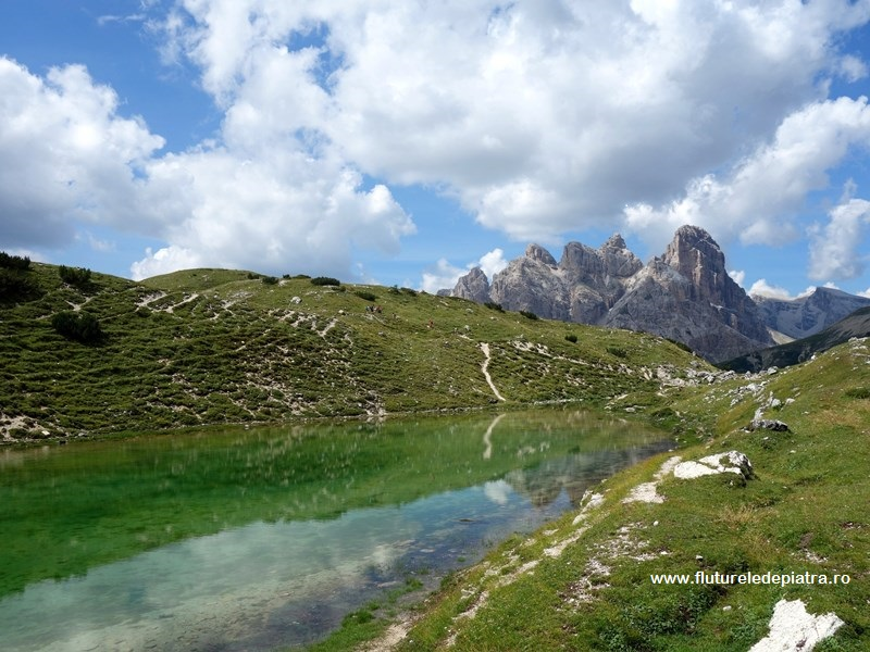 lac colorat în inima Dolomiților, la poalele vârfurilor Tre Cime