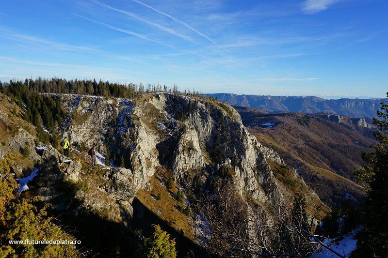 deasupra abrupturilor, cu priveliște spre Munții Făgăraș, Scărița-Belioara