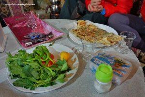 plăcintă gozleme cu salată și ceai turcesc