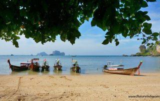bărci pe plajă, regiunea Krabi, Thailanda
