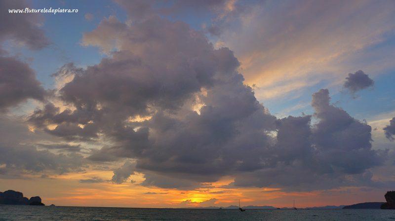 apus de soare peste Marea Adaman, văzut din Railay, Thailanda, spectacol de nori