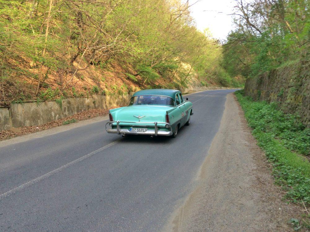 mașină de epocă plimbată în jurul Sărata Monteoru