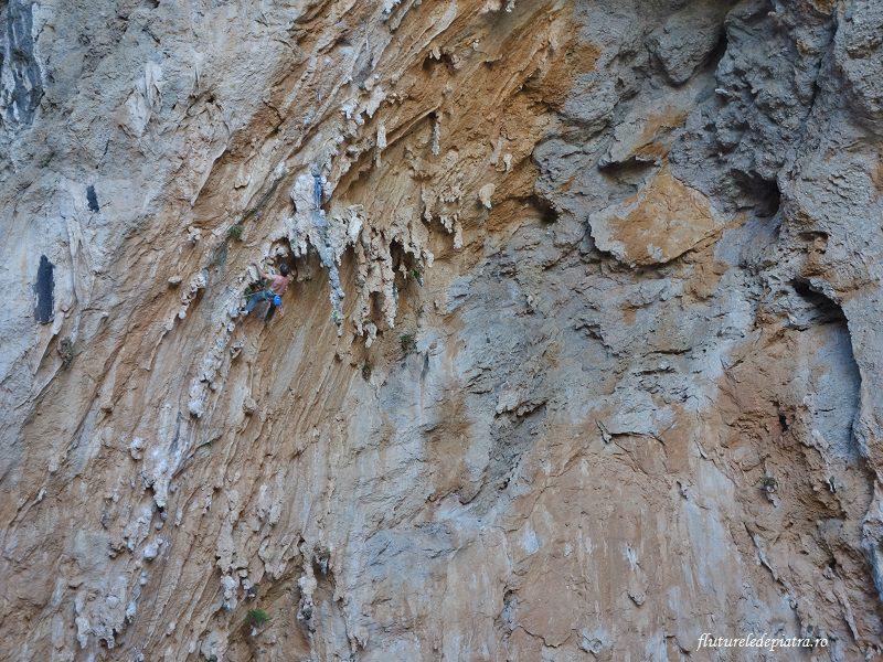 escaladă în peștera Sarkit, Kalymnos, Grecia, stalactite și colonete