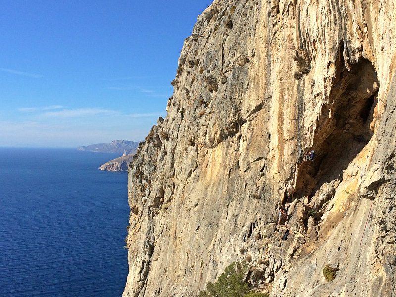 Yuval pe un 7C foarte estetic și lung în sector Iliada, escalada Kalymnos, Grecia