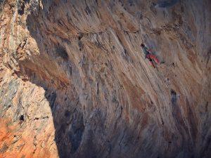 Bo încercând pasul din Eros, sector Arhi. Kalymnos climbing