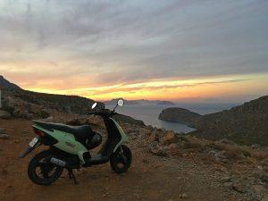plimbări pe scooter în lumina apusului, escalada Kalymnos, Grecia