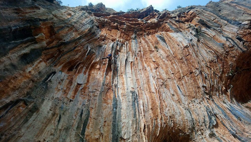 Ruta Bonobo (7b+) în sectorul Twin Caves, Leonidio, escalada coloane grecia