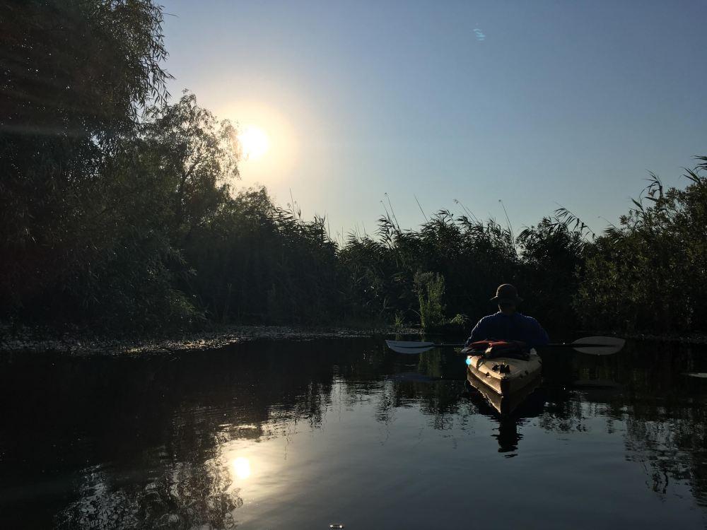 grădina secretă din stuf, cu caiacul în Delta Dunării