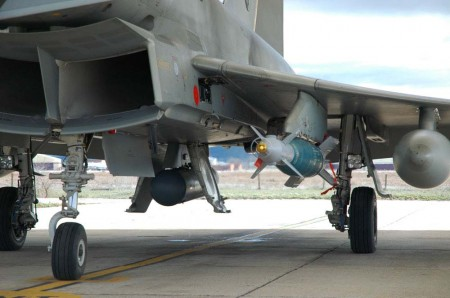 La GBU-48 bajo el ala con el pod Linening III bajo el fuselaje.