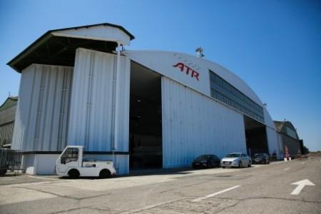 Vista exterior del hangar que alberga el nuevo centro de mantenimiento de ATR en el aeropuerto de Toulouse Francazal.