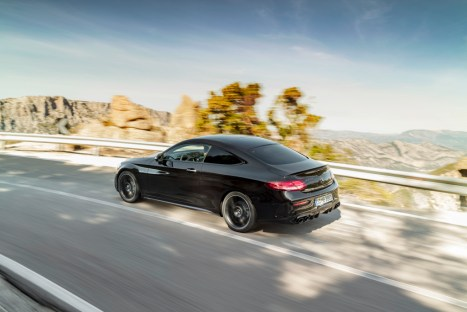 Mercedes-AMG C 43 4MATIC Coupé, Night Paket und AMG Carbon-Paket II, Exterieur: Außenfarbe: obsidianschwarz metallic;Kraftstoffverbrauch kombiniert: 9,5–9,2 l/100 km; CO2-Emissionen kombiniert: 217-212 g/km* Mercedes-AMG C 43 4MATIC Coupé, Night package and AMG Carbon-package II, Exterior: Exterior paint: obsidian black metallic;combined fuel consumption: 9.5–9.2 l/100 km; combined CO2 emissions: 217-212 g/km*