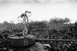 Soldados soviéticos contemplan un espectáculo acrobático durante una parada en su marcha hacia Berlín, 1945.