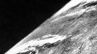 La primera foto de la Tierra tomada por el cohete suborbital V-2 desde el espacio, 1946.
