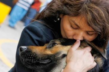 Jane Cosar abrazando a Cabby, su perra guía en Lima. La mujer lucha por el derecho a entrar con los perros guías de ciegos en tiendas, bancos, transporte público y otros lugares donde los animales suelen tener la entrada prohibida.