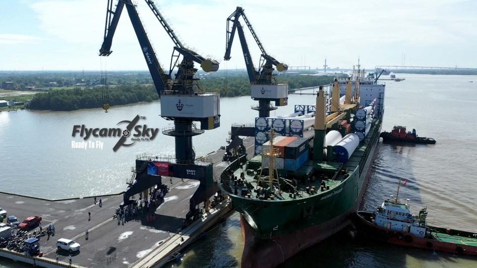 Flycam chụp ảnh dỡ hàng cảng