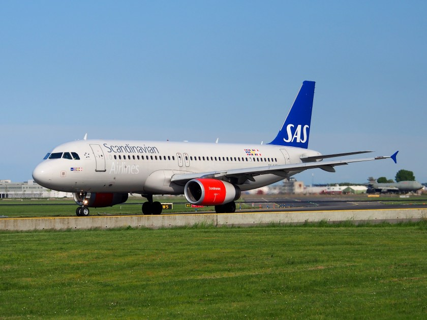 OY-KAO_SAS_Scandinavian_Airlines_Airbus_A320-232_taxiing_at_Schiphol_(AMS_-_EHAM),_The_Netherlands,_18may2014,_pic-2