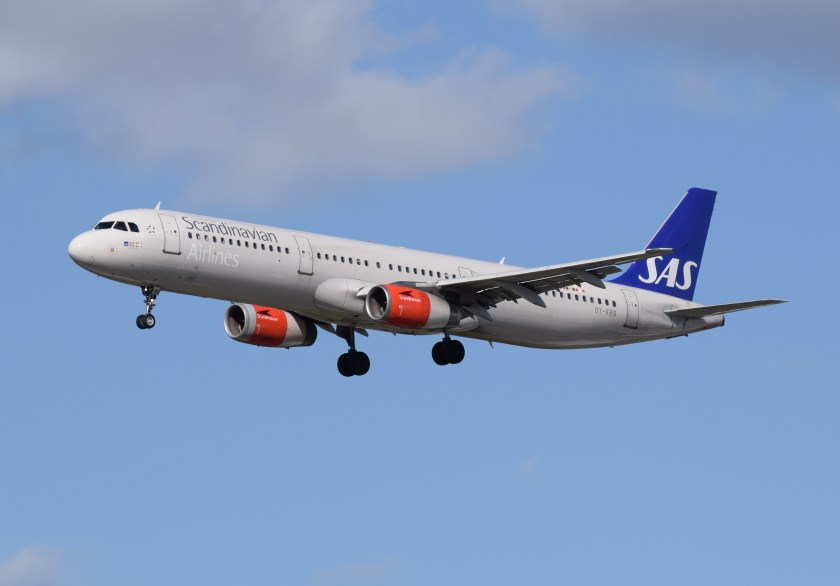 sas_scandinavian_airlines_airbus_a321-200_oy-kbb_arrives_london_heathrow_11apr2015_arp