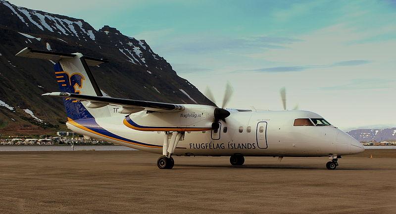 Air_Iceland_Dash_8_at_Ísafjörður_Airport