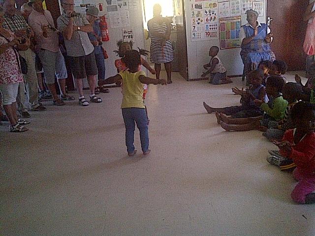 Dansande barn pa daghemmet