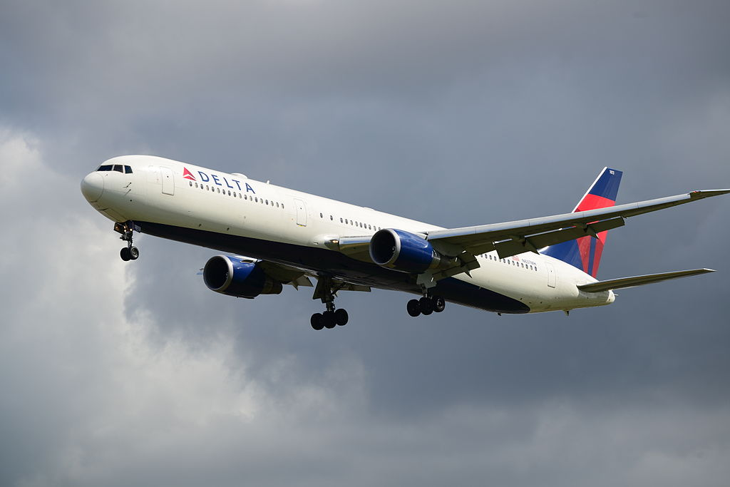Evacuation slide fell off Delta plane
